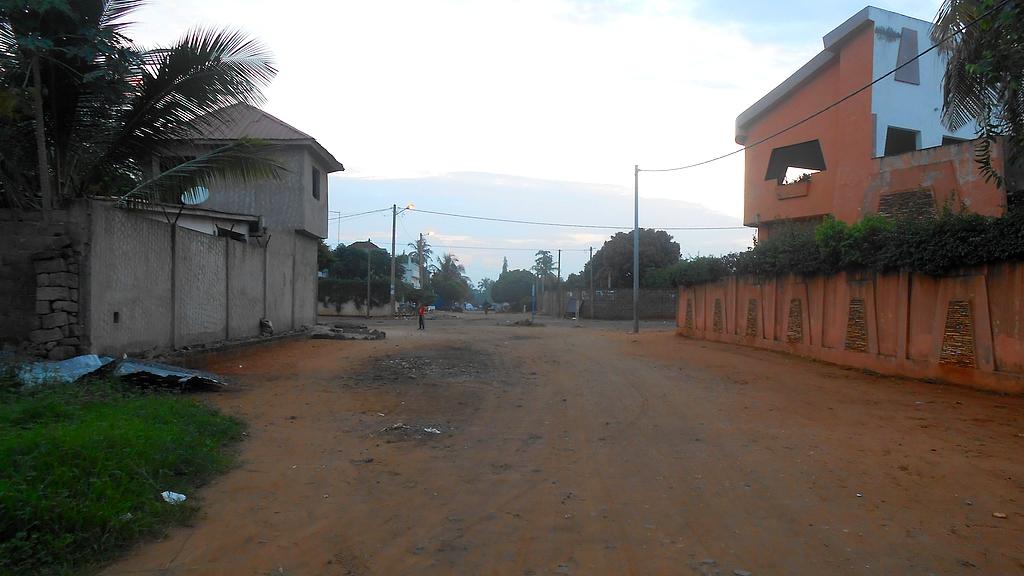 route en terre rouge de Lomé